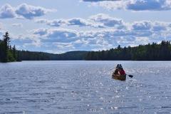 どこまでも続く青い空と湖