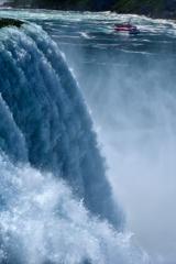 爆音と水飛沫