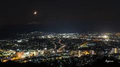 三日月と夜景と夏の富士