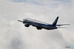 新千歳空港 曇天の雲に向かって ANA