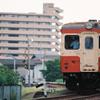住宅地を駆ける赤の汽車