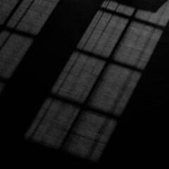 床に落ちる影