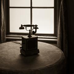 窓辺の古電話