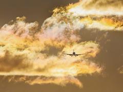 彩雲の中から現わる