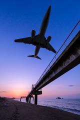 夕暮れの飛行機