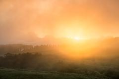 霧中の朝焼け