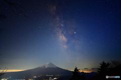 夜明け前の濃紺に銀河