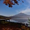 静かな秋の湖畔