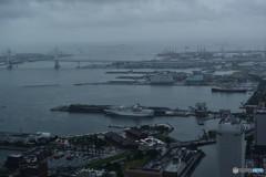 雨に霞む港