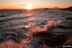夕陽に ご挨拶の波飛沫
