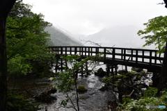 雨にけぶる湖畔