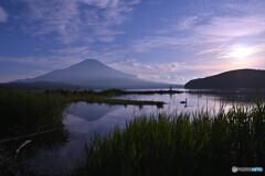 凪な湖畔の夕暮れ