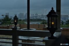 外は豪雨と雷に避難