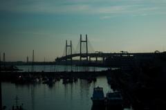 早朝のベイブリッジ