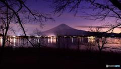冬枯れに 灯り煌めく 湖水かな