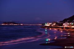 波で消灯する砂浜