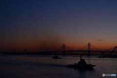 日の出前のベイブリッジ