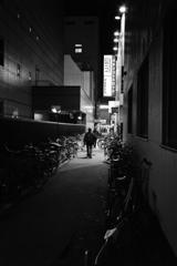 裏道の自転車と人影