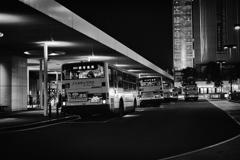 夜のバス停の風景