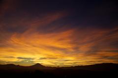 黄金に輝く湘南の空と富士山。