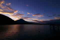 青空と橙雲と富士山。
