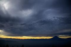 そして迎えた朝…。墨色の雲の下に富士山。