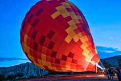 カッパドキア 膨らむ気球