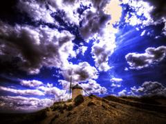 蒼空の天 ラ・マンチャ地方の風車と大空
