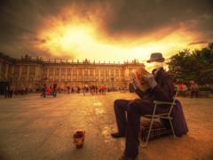 <スペイン>街中のアート -王宮前の透明人間-