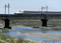 左に新幹線
