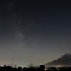 淡~い天の川と富士山