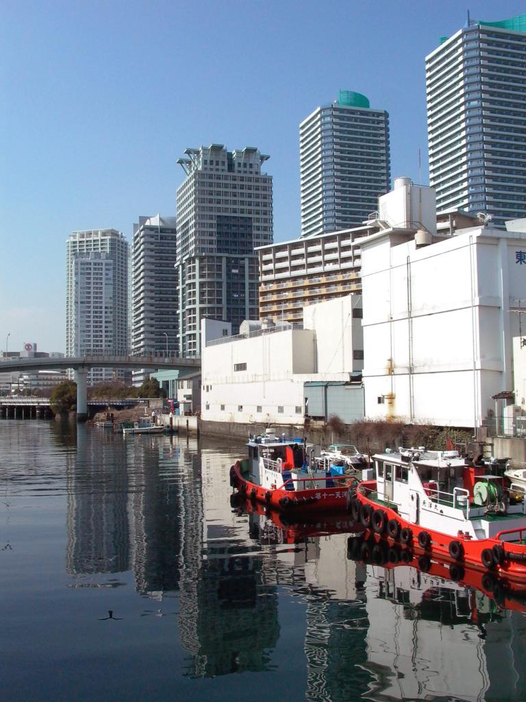 504高層ビルと舟
