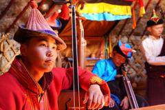 馬頭琴を演奏する若者たち