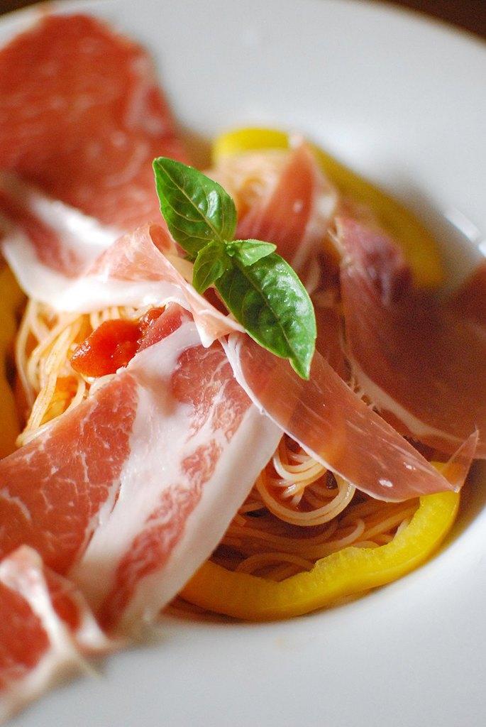 トマトと生ハムの冷製カッペリーニ