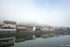 朝霧の川端風景