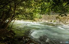 渓流の力強い流れを1/6秒で