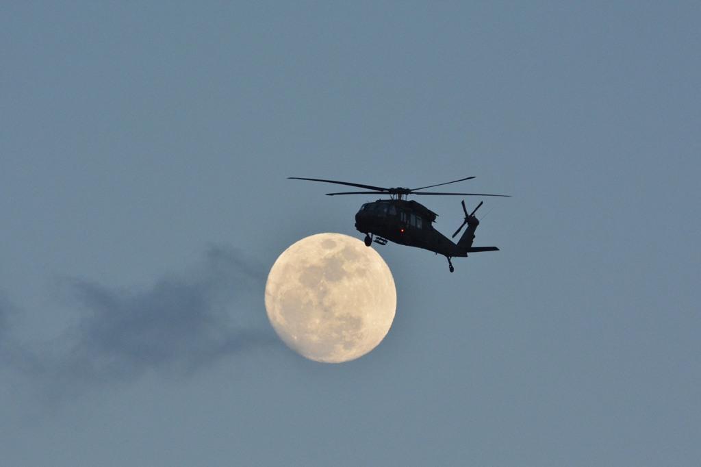 突然ですが「月にヘリ」