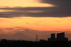 モーターパラグライダーのある夕景