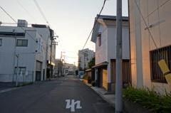 夕暮れ時の工場地帯