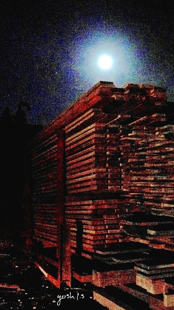 写真掌編:材木置場の月