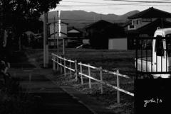 写真句:散歩道から故郷の山を見る:B&W