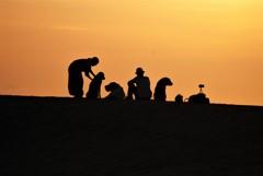 夕陽と家族(鳥取砂丘にて)