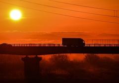 朝日とトラック