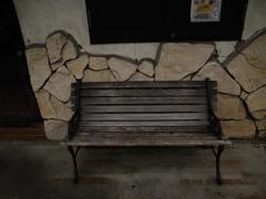 外街のベンチ