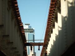 陸橋の青い空