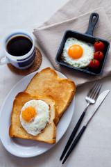 朝ごはんの目玉焼きトースト