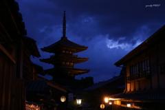 暗雲立ち込める塔