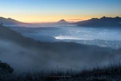 霧に包まれる高原