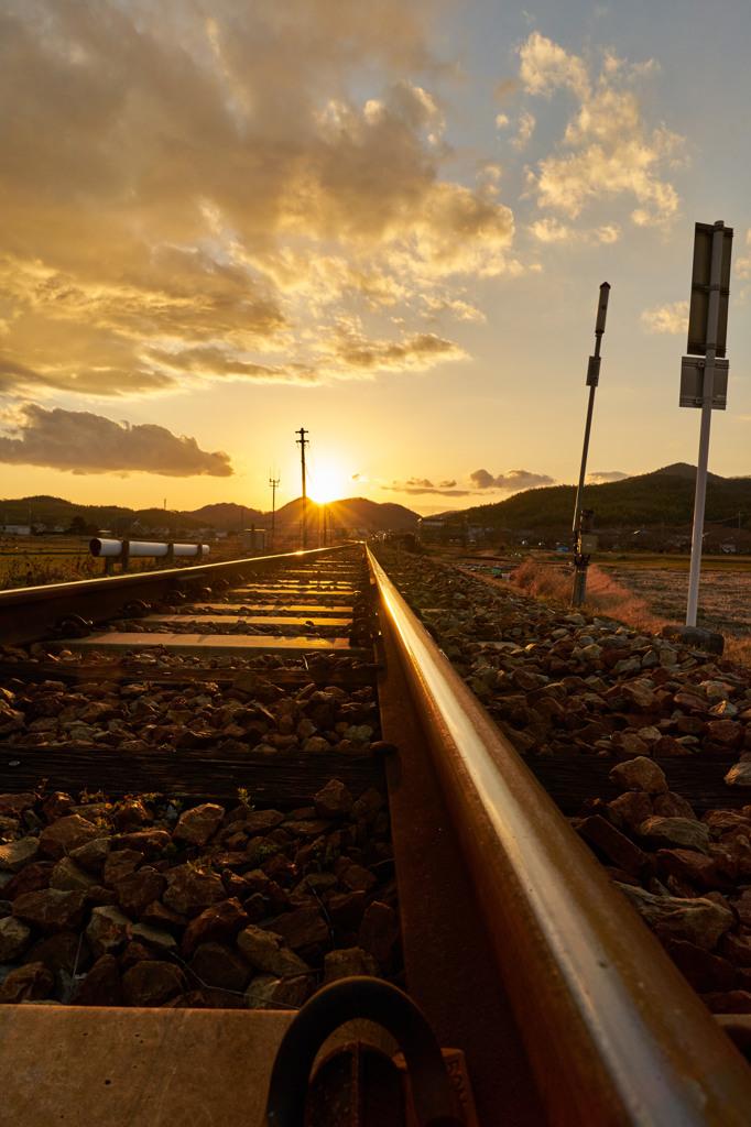 春待ちの陽、鉄路を照らす