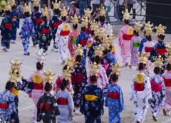 千人踊り子供たち